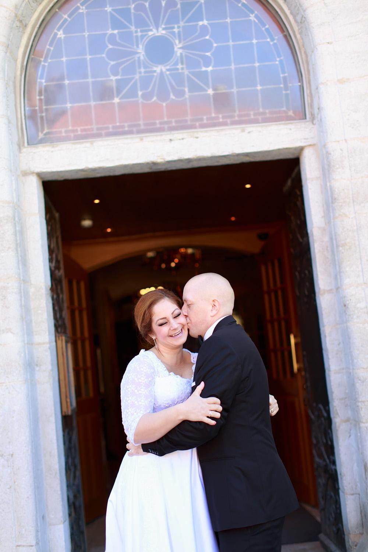 bröllopsfotograf gotland nextweddingworkshop brudpar vid kyrka