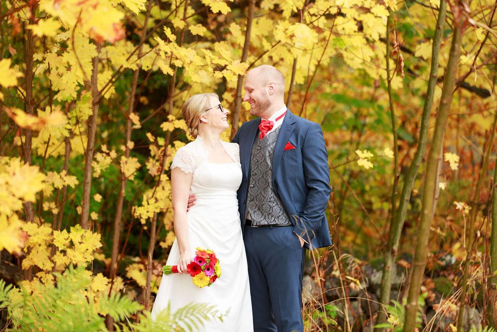 Brudpar bland höstlöv - bröllopsfotograf Phia Bergdahl Västervik