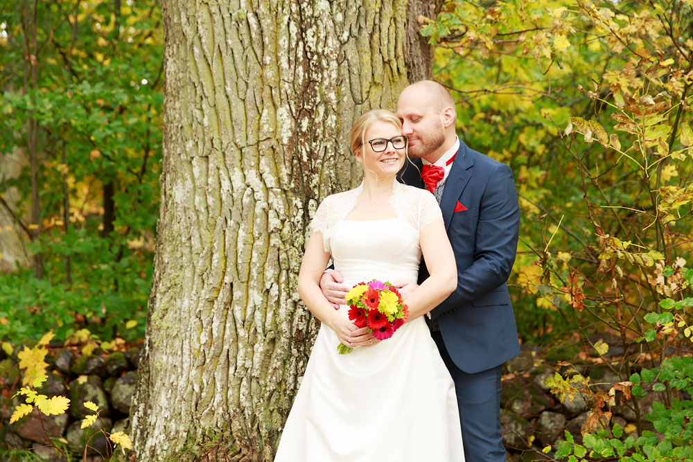Brudpar vid stor ek - bröllopsfotograf Phia Bergdahl Västervik