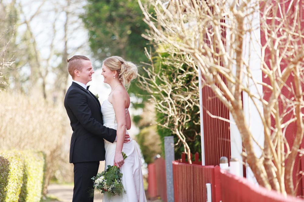 Brudpar på Brändaholm - fotograferade av bröllopsfotograf Phia Bergdahl Västervik