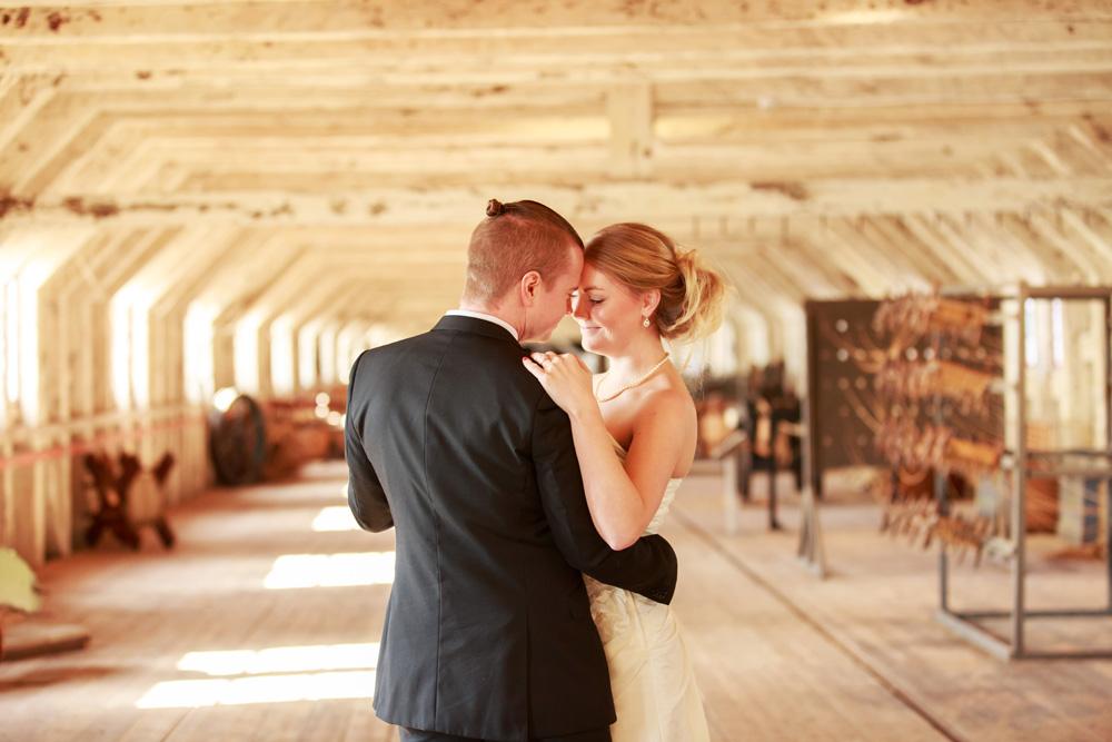 Brudpar i repslagarbanan Karlskrona - fotograferade av bröllopsfotograf Phia Bergdahl Västervik