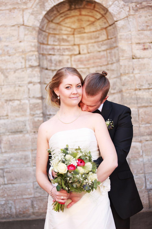 Brudpar framför trappan på Grevaregården i Karlskrona - fotograferade av bröllopsfotograf Phia Bergdahl Västervik