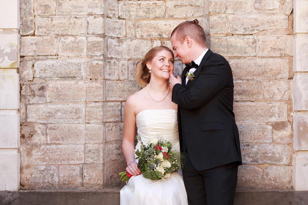 Brudpar vid trappan på Grevaregården Karlskrona - fotograferade av bröllopsfotograf Phia Bergdahl Västervik