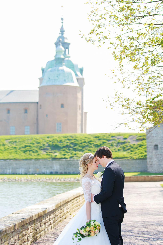 Brudpar framför Kalmar slott - bröllopsfotograf Phia Bergdahl Västervik