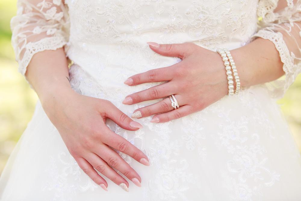 Detaljbild på brudens händer - bröllopsfotograf Phia Bergdahl Västervik