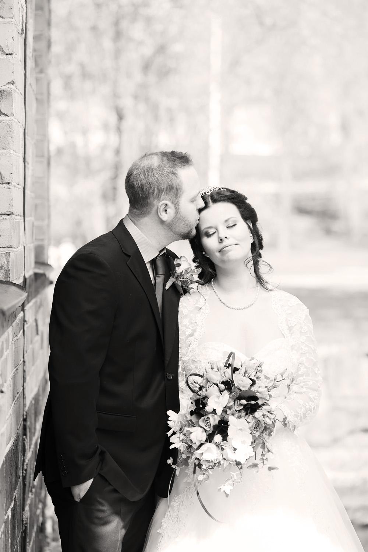 Brudpar som pussas - bröllopsfotograf Phia Bergdahl Västervik
