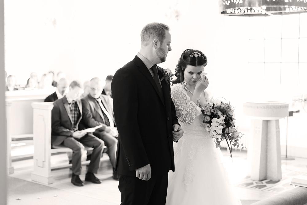 Brudpar i kyrkan - bröllopsfotograf Phia Bergdahl Västervik