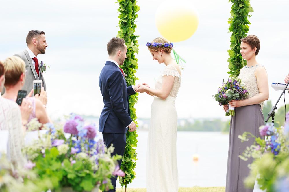 Bruden sätter på ringen på bröllop på Gränsö slott - bröllopsfotograf Phia Bergdahl Västervik