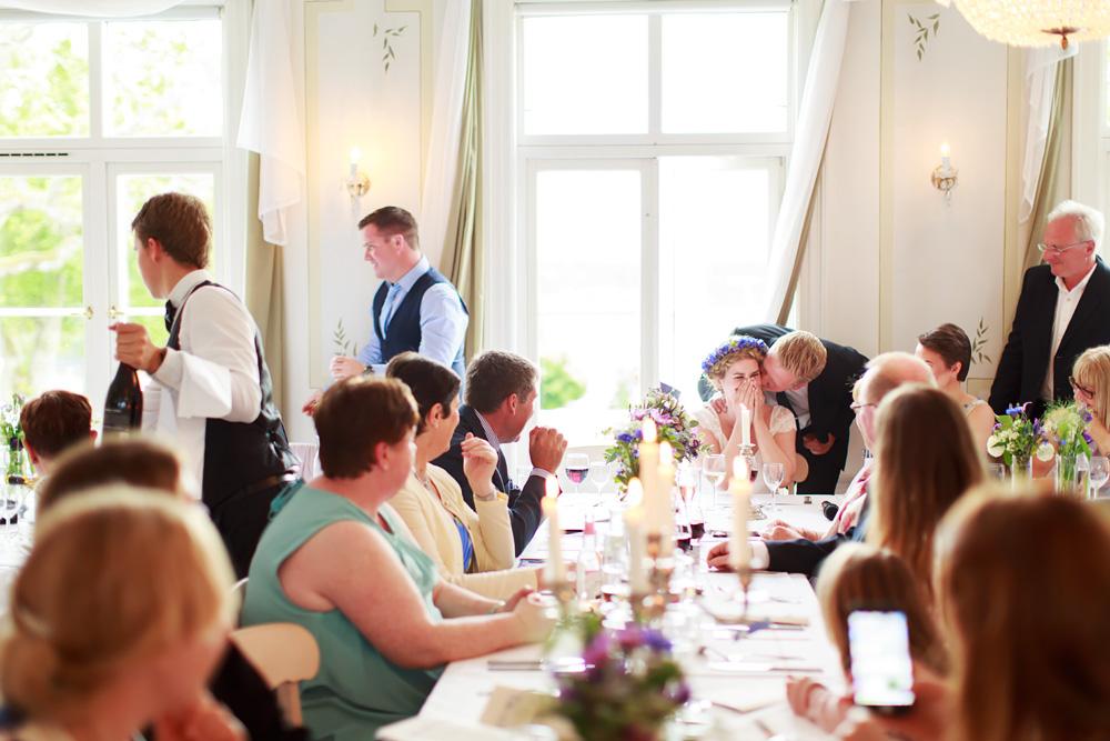 Lekar på middagen på bröllop på Gränsö slott - bröllopsfotograf Phia Bergdahl Västervik