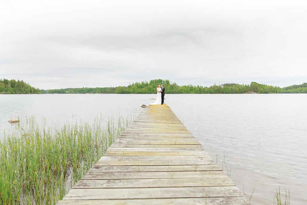 Brudpar på bryggan i pelarne vimmerby - bröllopsfotograf Phia Bergdahl Västervik
