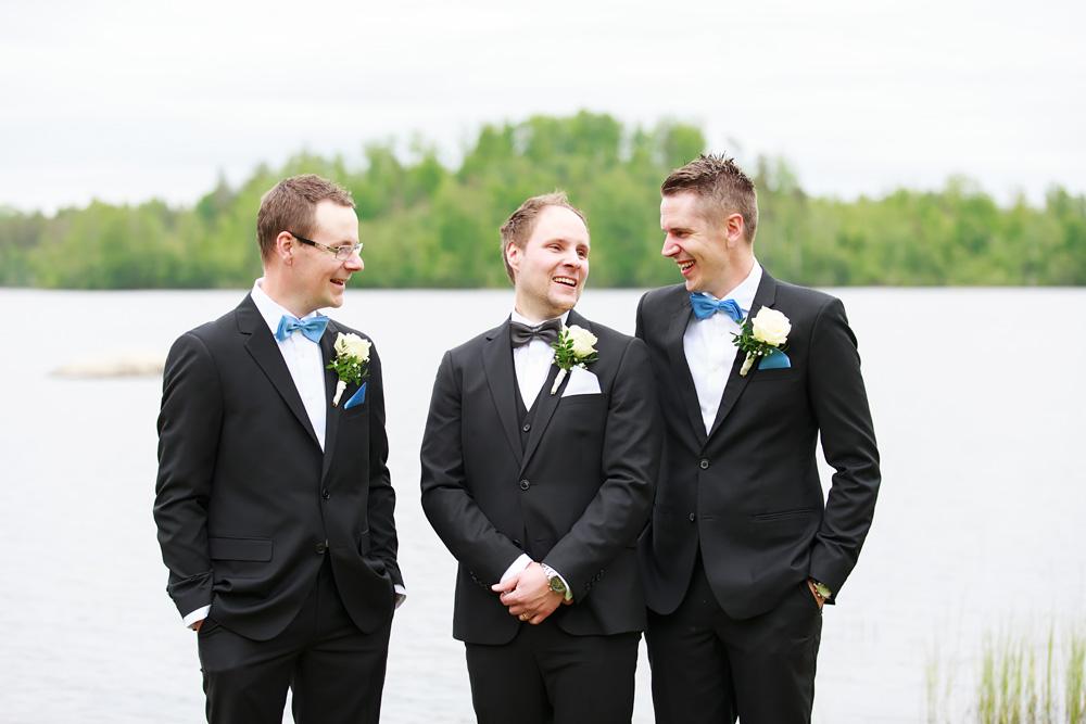 Brudgum med bestman i pelarne vimmerby - bröllopsfotograf Phia Bergdahl Västervik