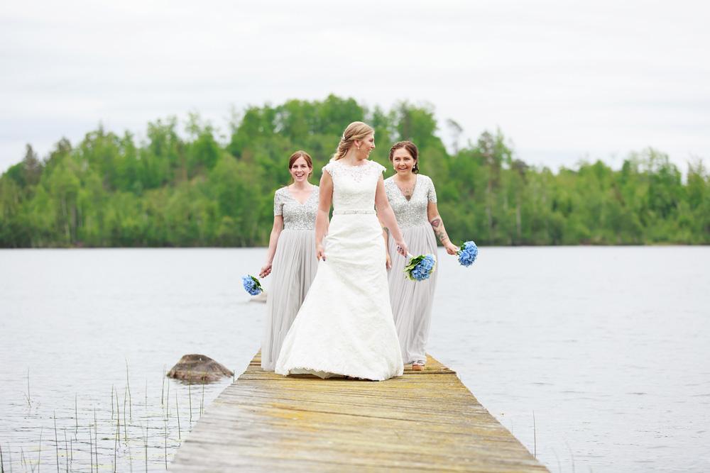 Brud med tärnor i pelarne vimmerby - bröllopsfotograf Phia Bergdahl Västervik