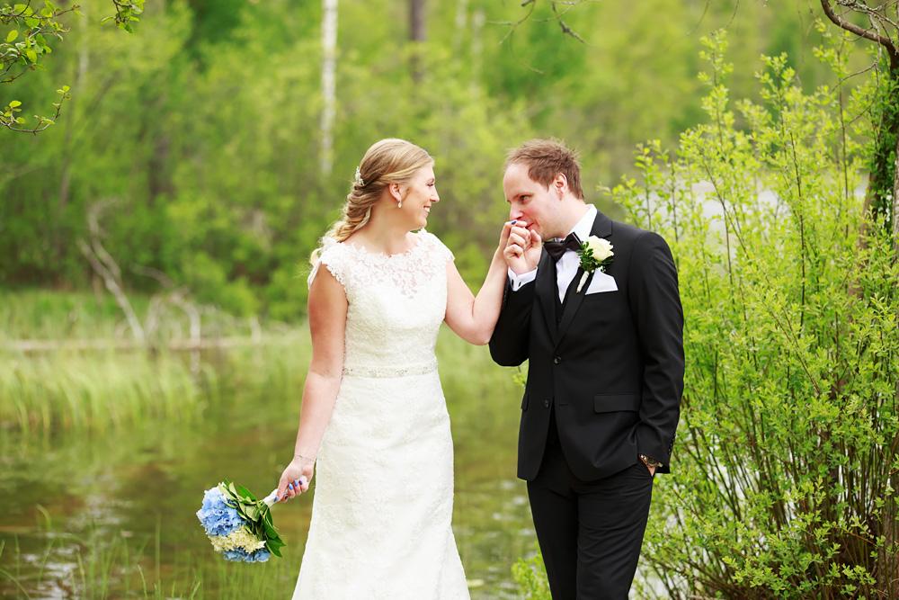 Brudpar vid sjö i pelarne vimmerby - bröllopsfotograf Phia Bergdahl Västervik