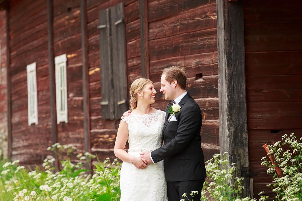 Brudpar vid lada i pelarne vimmerby - bröllopsfotograf Phia Bergdahl Västervik