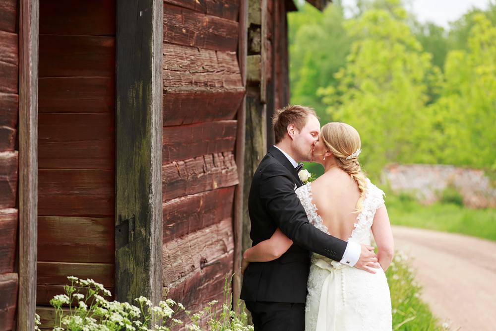 Brudpar utanför lada i pelarne vimmerby - bröllopsfotograf Phia Bergdahl Västervik