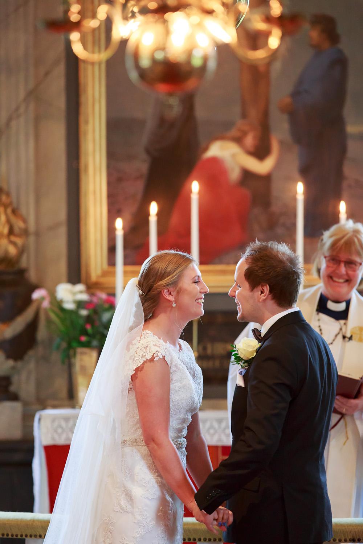 Bröllop i Pelarne kyrka vimmerby - bröllopsfotograf Phia Bergdahl Västervik