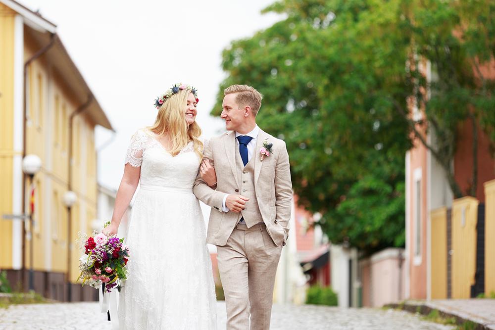 Brudpar på kullerstensgata i Västervik, bröllopsfotograf Phia Bergdahl Västervik
