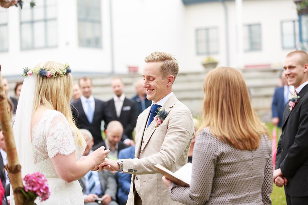 Brudpar växlar ringar på bröllop på Kulbacken, bröllopsfotograf Phia Bergdahl Västervik