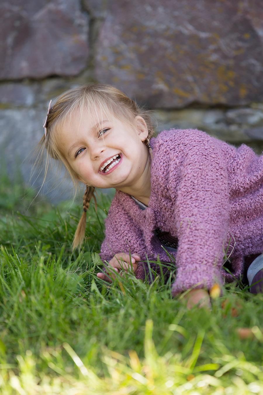 Glad flicka i slottsruinen i Västervik
