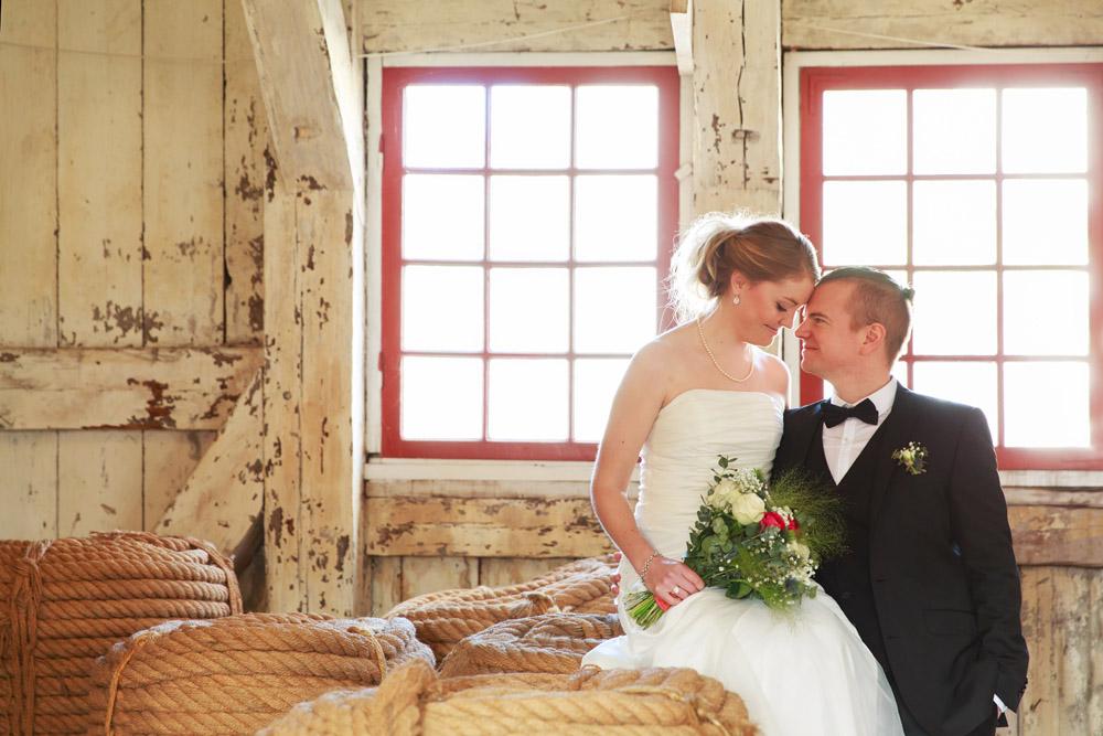 Brudpar i Repslagarebanan Karlskrona - fotograferade av bröllopsfotograf Phia Bergdahl Västervik