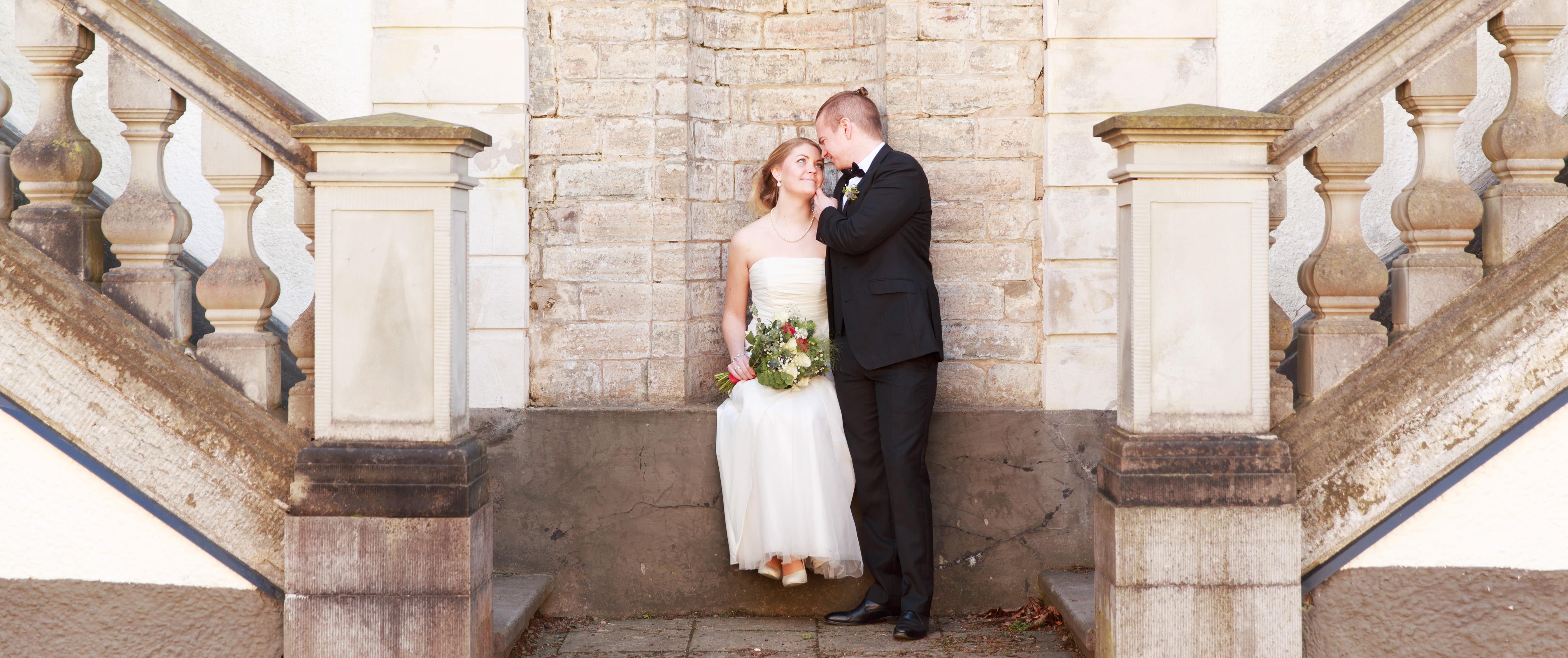 Brudpar på trappan på Grevaregården Karlskrona- fotograferade av bröllopsfotograf Phia Bergdahl Västervik