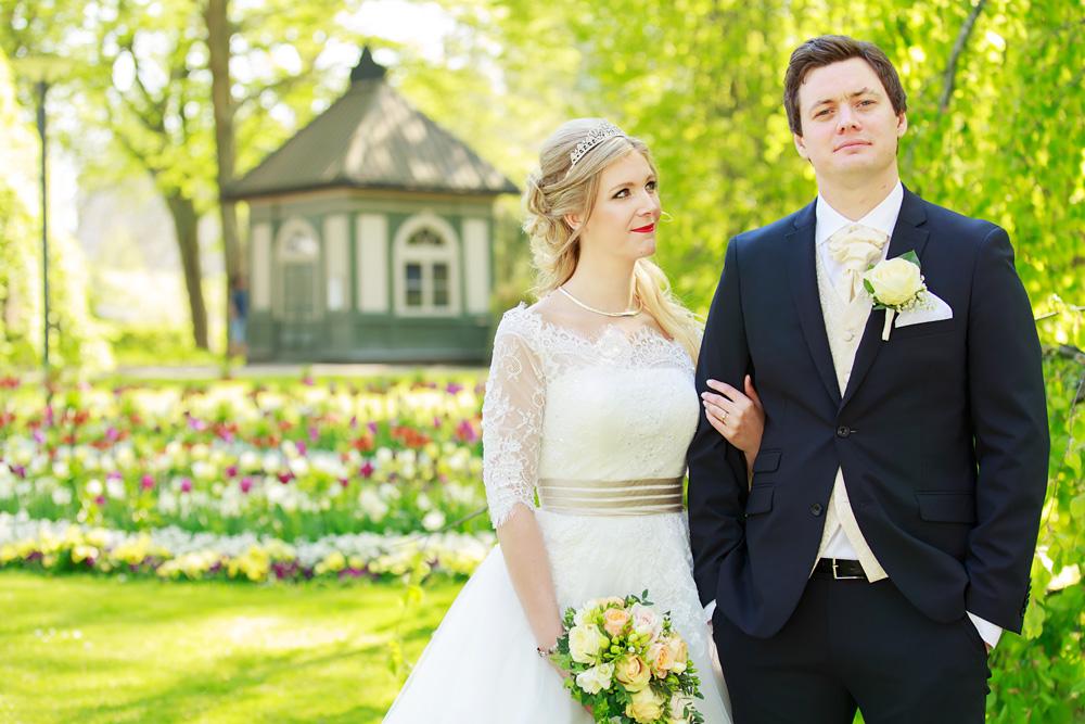 Brudpar i slottsparken i Kalmar - bröllopsfotograf Phia Bergdahl Västervik