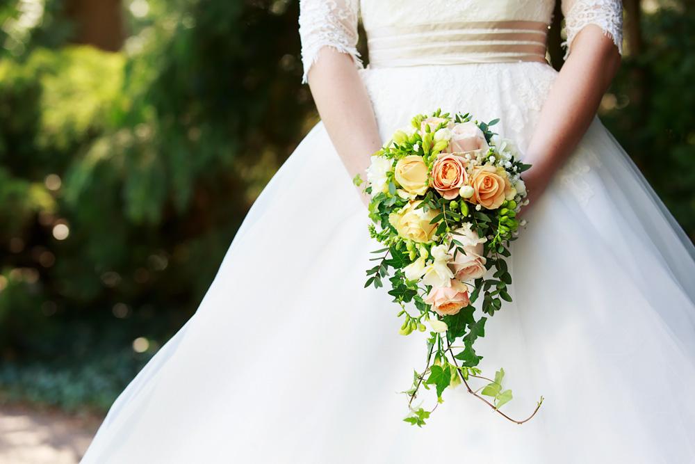 Brudbukett i slottsparken i Kalmar - bröllopsfotograf Phia Bergdahl Västervik