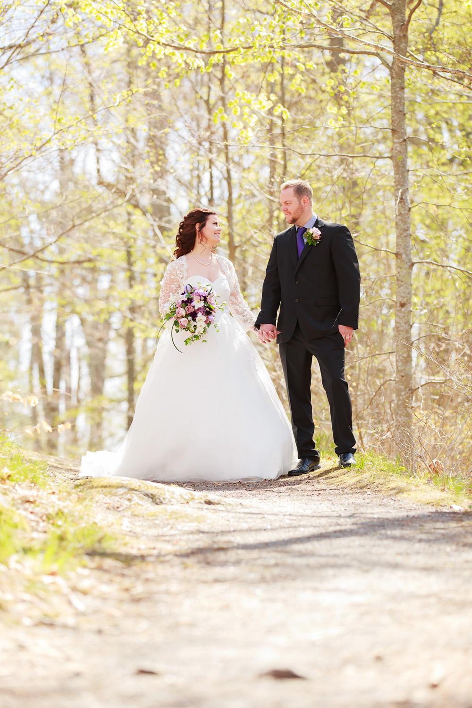 Brudpar på stig i vårsolen - bröllopsfotograf Phia Bergdahl Västervik
