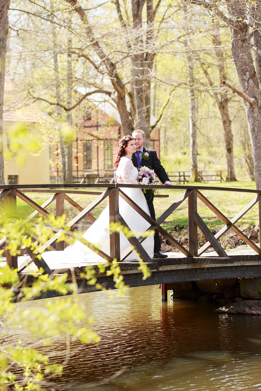 Brudpar på bro i Bruksparken i Ankarsrum - bröllopsfotograf Phia Bergdahl Västervik