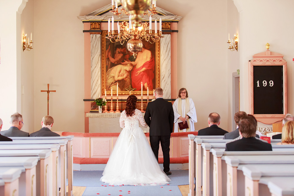 Brudpar i Ankarsrums kyrka - bröllopsfotograf Phia Bergdahl Västervik