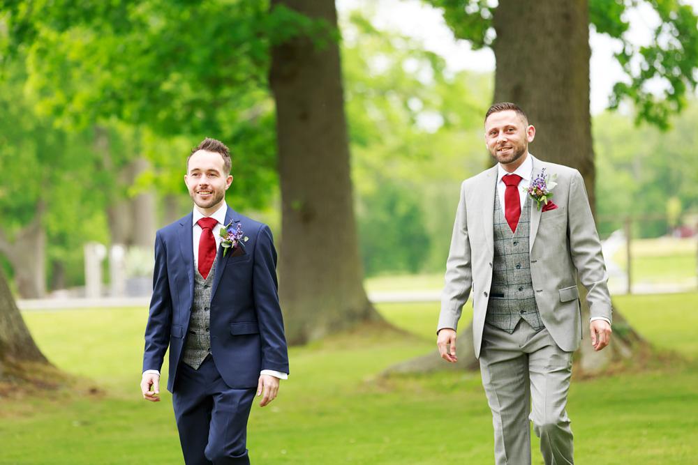 Brudgum och bestman bröllop på Gränsö slott - bröllopsfotograf Phia Bergdahl Västervik