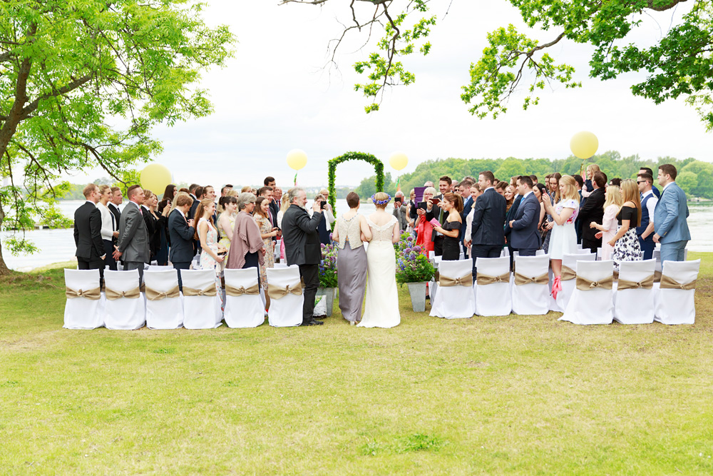 Brud och tärna kommer till bröllop på Gränsö slott - bröllopsfotograf Phia Bergdahl Västervik