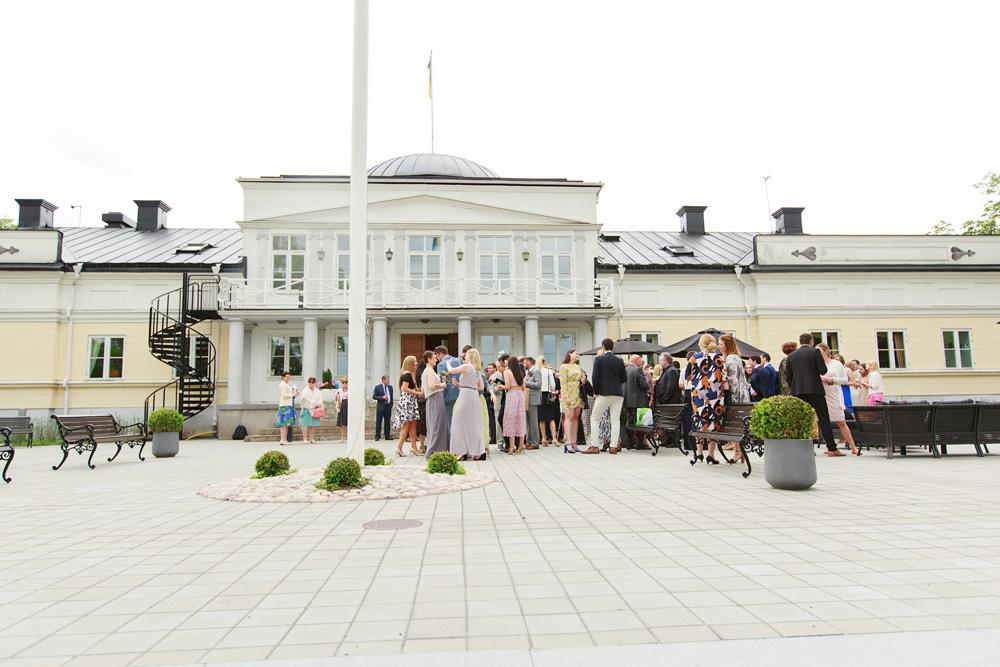 Gästerna samlade framför slottet på bröllop på Gränsö slott - bröllopsfotograf Phia Bergdahl Västervik