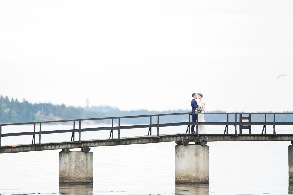 Brudpar på bron på bröllop på Gränsö slott - bröllopsfotograf Phia Bergdahl Västervik