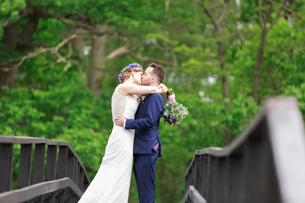 Kyss på bron på bröllop på Gränsö slott - bröllopsfotograf Phia Bergdahl Västervik