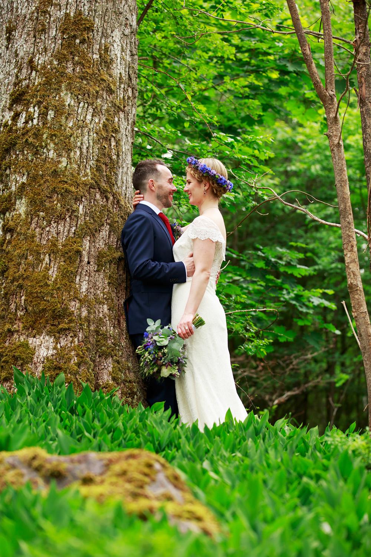 Brudpar på Ekholmen på bröllop på Gränsö slott - bröllopsfotograf Phia Bergdahl Västervik