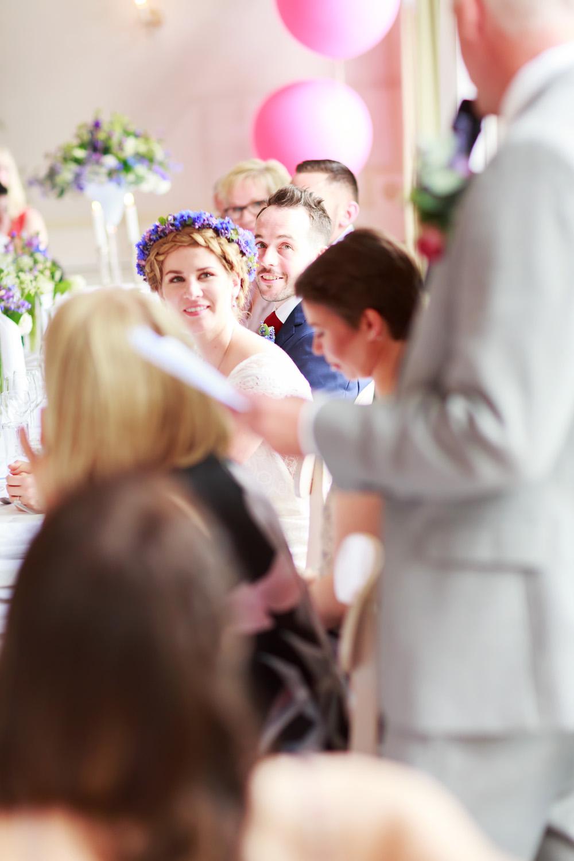 Brudens far håller tal på bröllop på Gränsö slott - bröllopsfotograf Phia Bergdahl Västervik