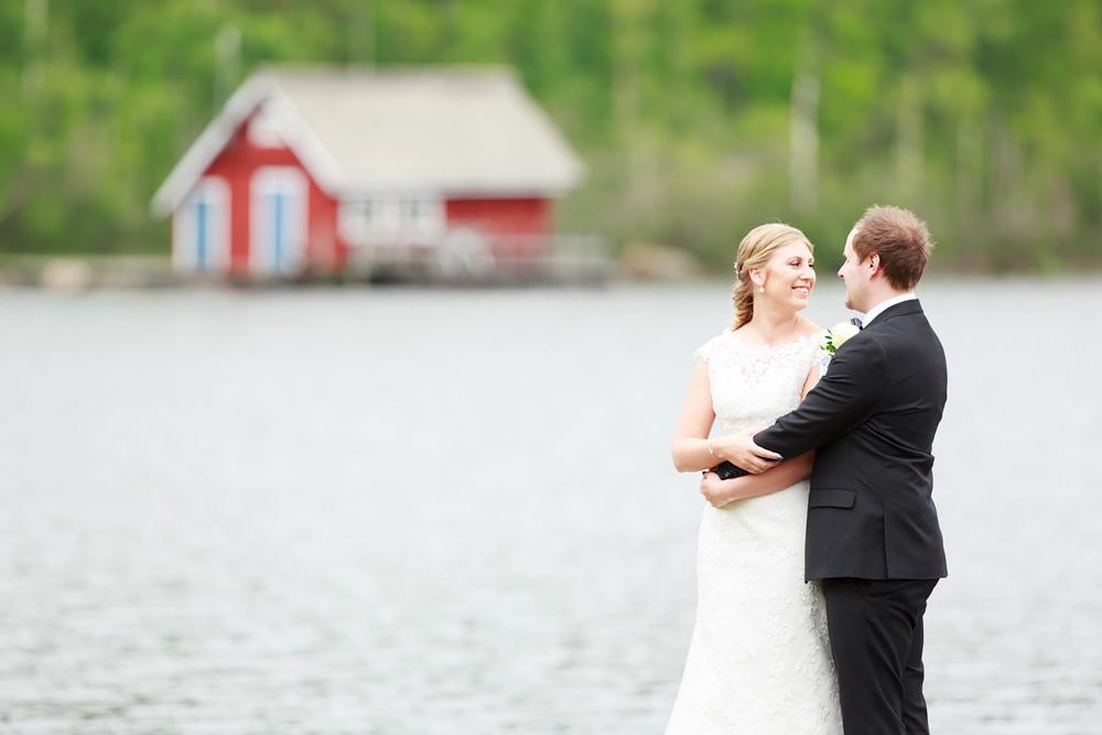 Brudpar vid sjön i pelarne vimmerby - bröllopsfotograf Phia Bergdahl Västervik