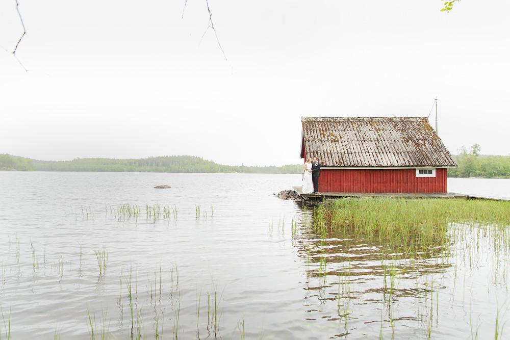 Brudpar vid båthus i pelarne vimmerby - bröllopsfotograf Phia Bergdahl Västervik