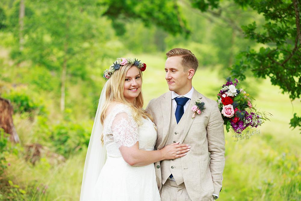 Brud och brudgum i äppellunden, bröllopsfotograf Phia Bergdahl Västervik