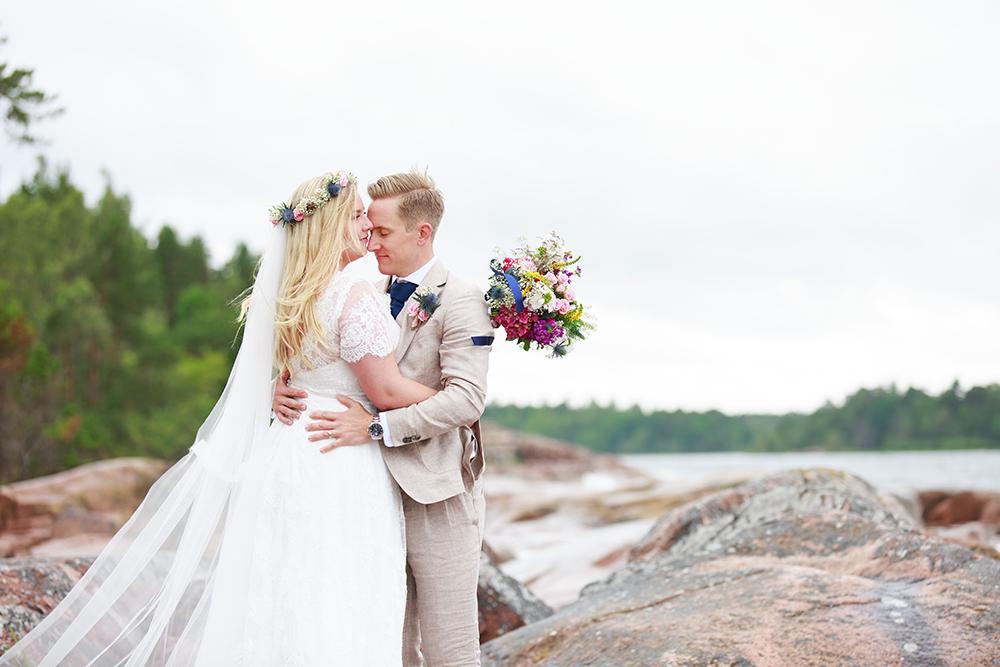 Brudpar på klipporna vid Skanvik, bröllopsfotograf Phia Bergdahl Västervik