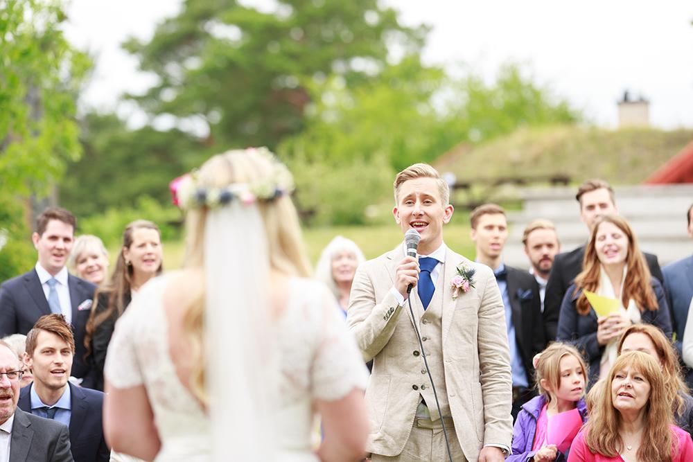 Brudgummen sjunger på bröllop på Kulbacken, bröllopsfotograf Phia Bergdahl Västervik