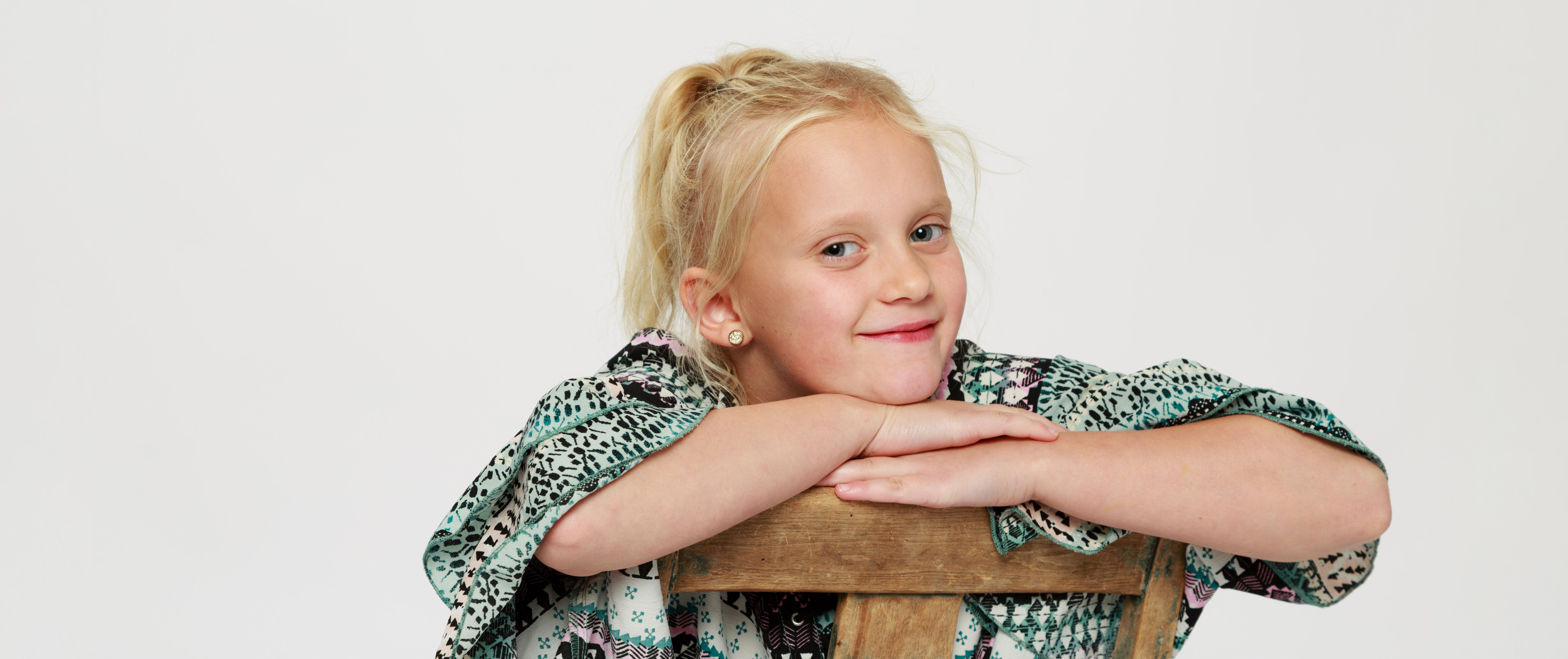Flicka som sitter på stol hos fotograf Phia Bergdahl Västervik
