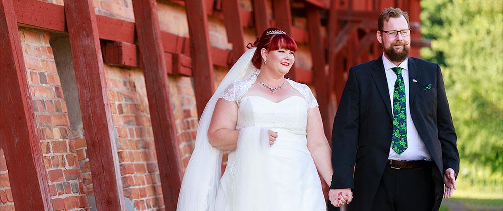 Brudpar som går vid Almviks tegelbruk - fotograferat av bröllopsfotograf Phia Bergdahl Västervik