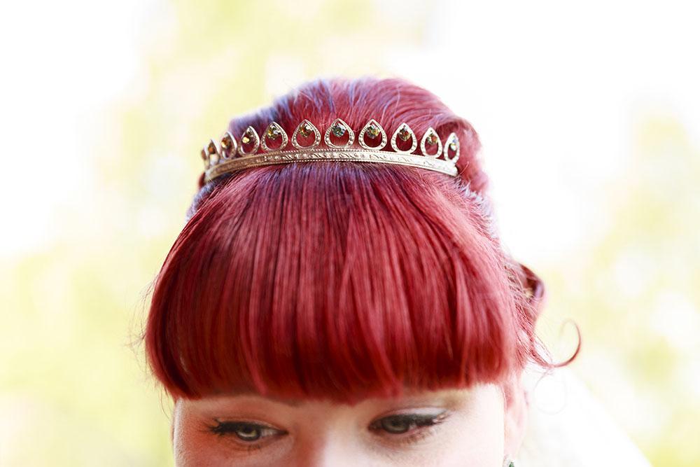 Håruppsättning på brud med rött hår på Almviks tegelbruk - fotograferat av bröllopsfotograf Phia Bergdahl Västervik