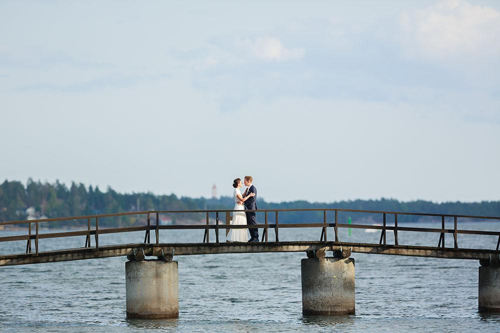 Brudpar på bron till Ekholmen vid Gränsö slott