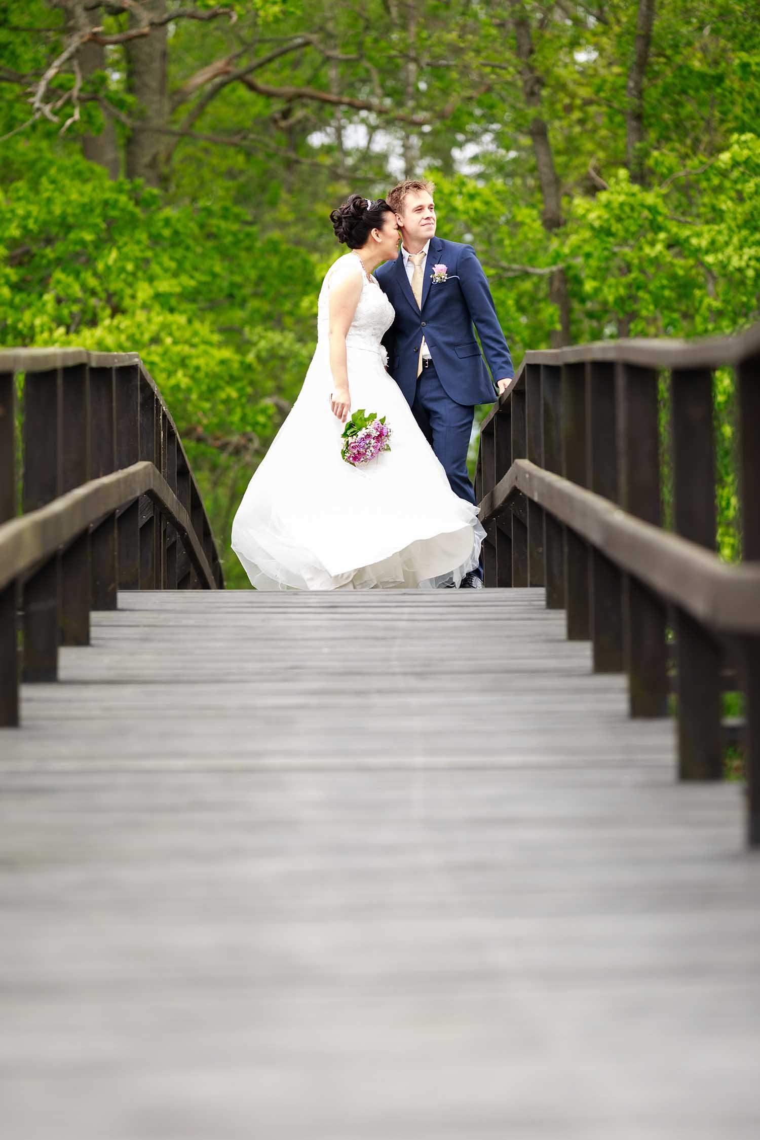 Brudpar på bron till Ekholmen Västervik - bröllopsfotograf Phia Bergdahl
