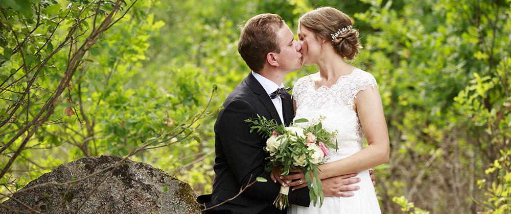 Brudpar som pussas