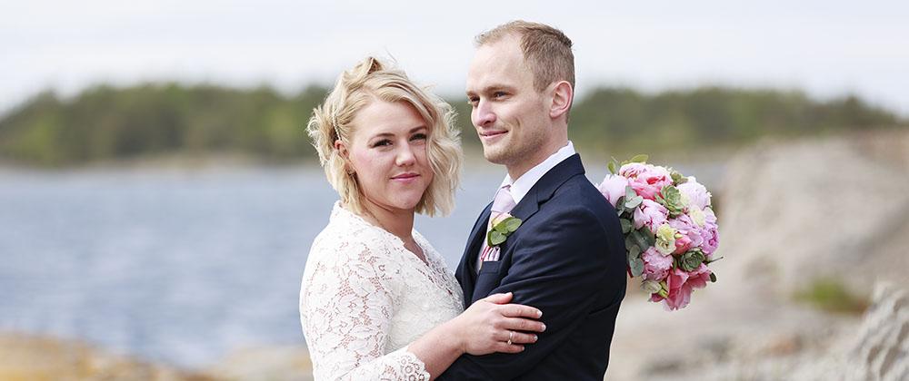 Brudpar som håller om varandra på Händelöps udde Västervik
